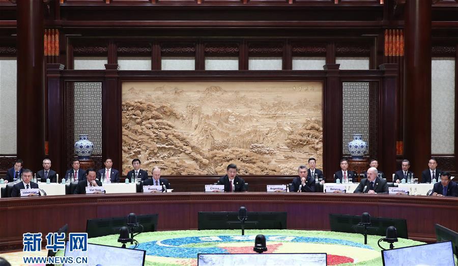 """5月15日,""""一带一路""""国际合作高峰论坛圆桌峰会在北京雁栖湖国际会议中心举行,国家主席习近平主持会议并致开幕辞。 新华社记者 鞠鹏 摄"""