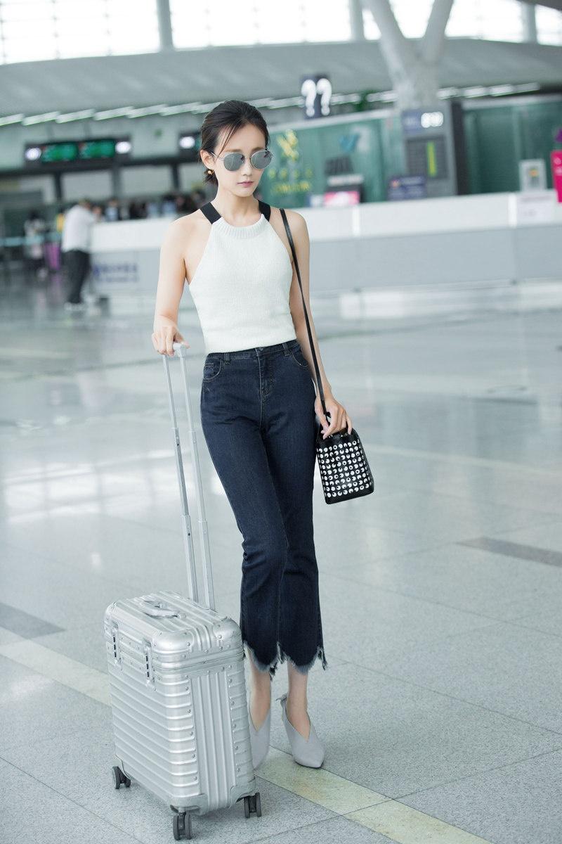李一桐最新机场街拍 时尚搭配凸显完美好身材图片