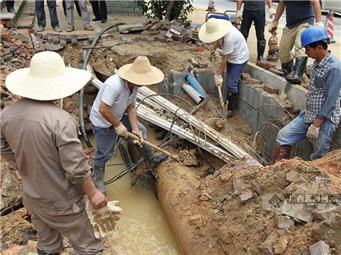 南宁金洲路一处供水管道破裂(组图)