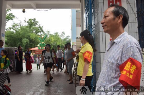 防城区:家长参与护校行动 学生上学更安全