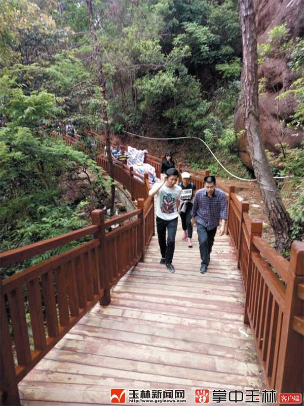 游客在铜石岭景区栈道上游览观光.
