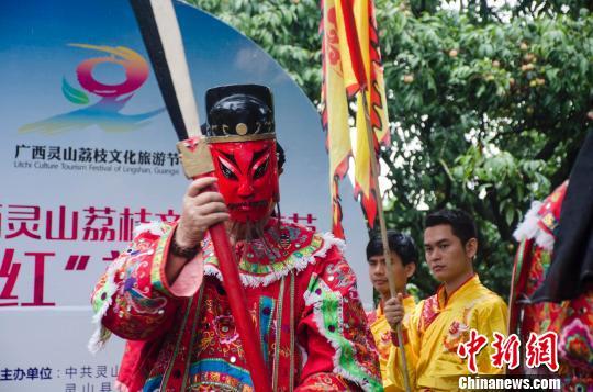 表演者身着古装,脸挂面具。 翟李强 摄