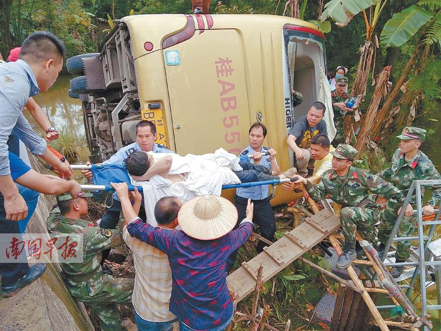 5月20日焦点图:大客车翻入池塘 车上人全部获救