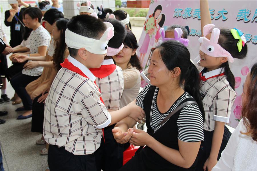 60位漂亮妈妈走进民主路小学和孩子们过母亲节