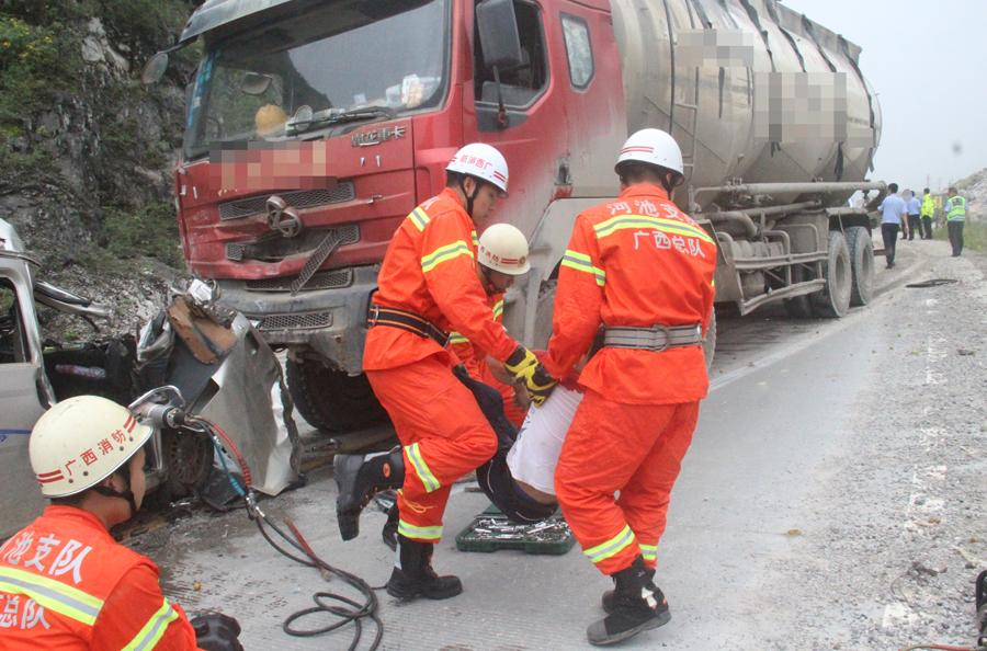 罗城:槽罐车与面包车惨烈相撞 造成一死一伤(图)