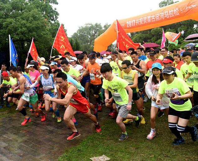 桂林灵渠马拉松赛:两千中外选手竞逐千年古运河畔