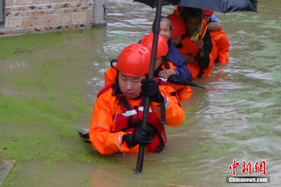 连夜暴雨致广西钦州一村庄内涝 消防官兵疏散76人