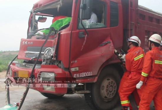 宁明:两车追尾致一人被困 消防紧急救援(图)