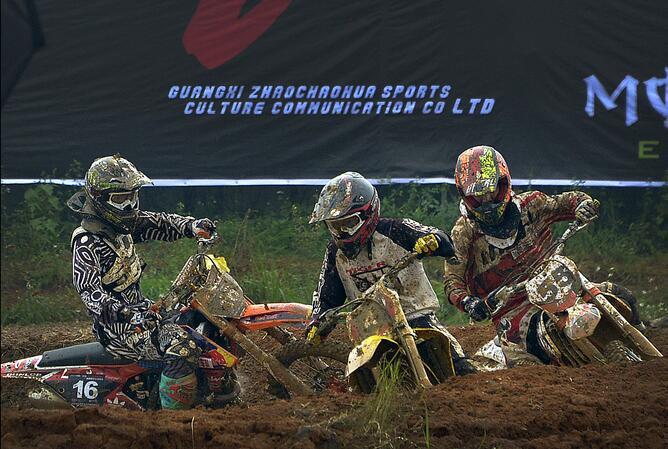 桂林超级越野摩托车场地赛:泥泞中演绎速度与激情