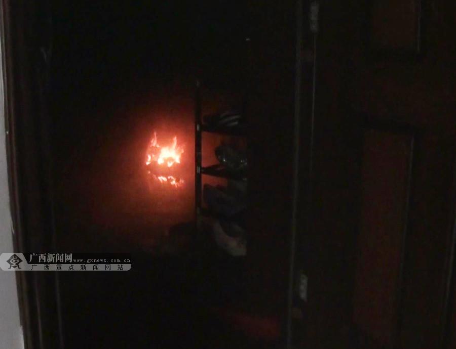 家中无人饮水机突然起火 消防官兵破门灭火(图)