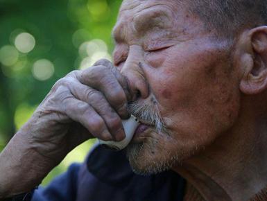 106岁老人六世同堂 一年喝200斤土酒