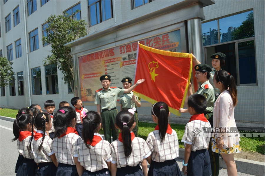 南宁民主路小学800名学生戴上红领巾光荣入队(图)