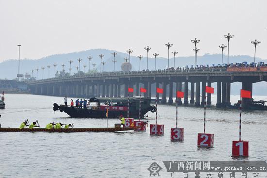 防城港万名群众观国际龙舟赛