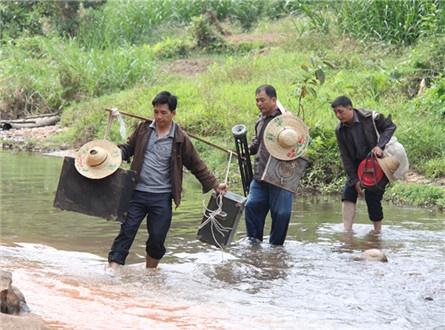 韦氏三兄弟 36年义务为边境群众播放电影