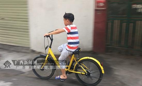 """南宁:小朋友一分半破锁 共享单车被困城中村变""""玩具"""""""