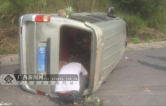 一运载水果面包车突然爆胎在高速路上侧翻(图)