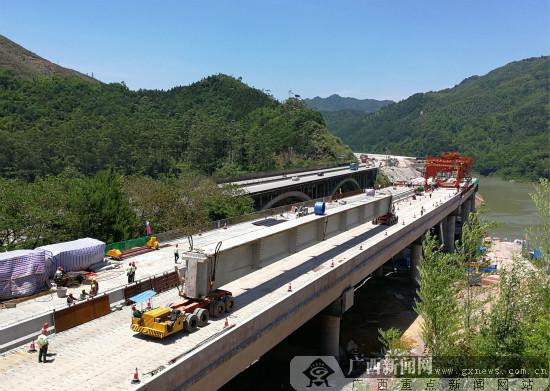 广西重约200吨的50米T梁在五里大桥顺利铺架