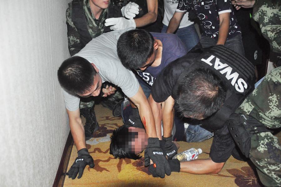 男子劫持前女友与武警对峙7小时 低头看手机被制服