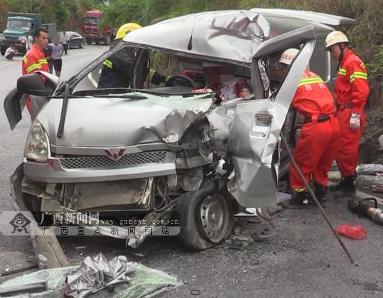两车相撞致2人被困 消防破拆车头救出伤者(图)
