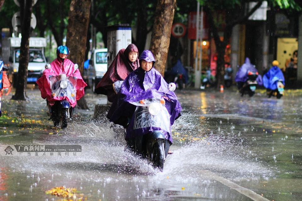 """南宁:大雨倾盆 """"拯救""""只差一撮孜然的你我"""