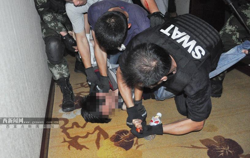 男子因情感受挫 劫持前女友与武警对峙7小时