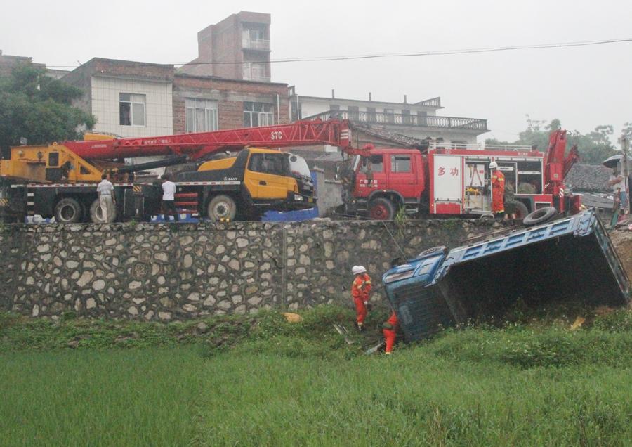 货车侧翻跌落近4米深路基 消防启用吊车施救(图)