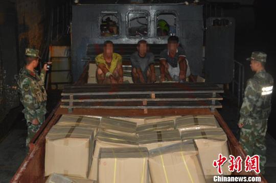广西海警查获大批走私蟒蛇肉和鳄鱼皮