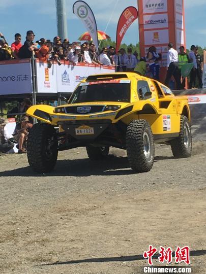 图为各代表队赛车在开幕式上进行车辆展示。 赵友清 摄