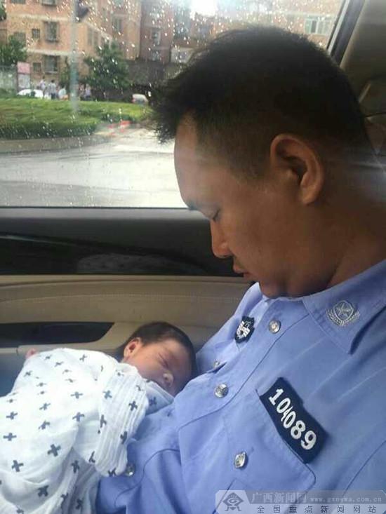 """南宁:派出所民警化身""""超级奶爸"""" 照顾弃婴暖人心"""