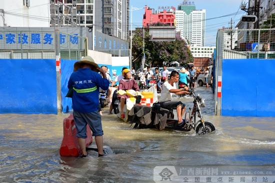 南宁一城市主供水管道被挖断 部分片区用水受影响