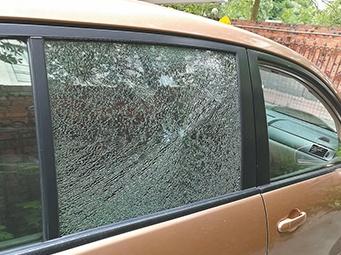 汽车在行驶中车窗被不明物体击碎 事发南宁