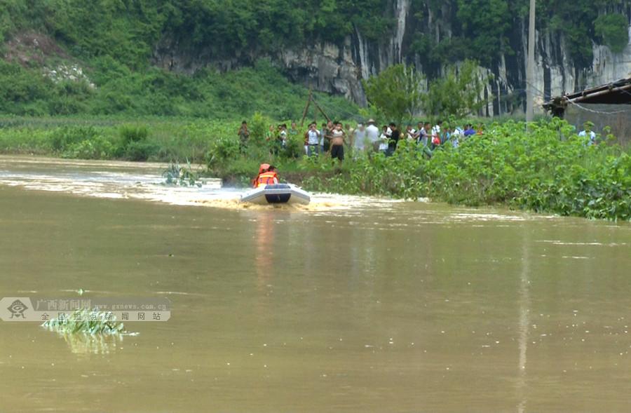 凤山:强降雨引发洪水致2人被困1人失联(组图)