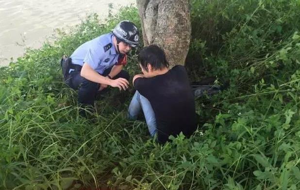 男子跳江自杀 发现江中有蛇被吓回岸边