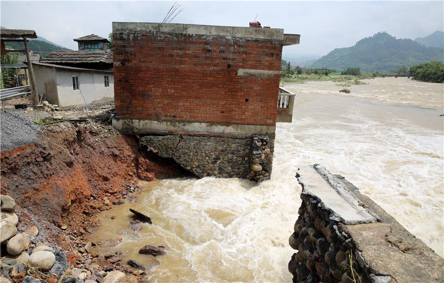 强降雨袭击灌阳引发洪涝灾害 党员干部助农户生产自救