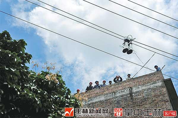 只见高高的架空电力线路上悬挂着一