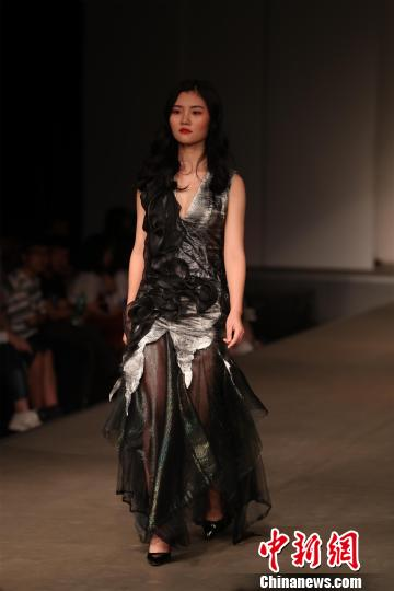 武汉一高校服装设计t台秀 融合中日文化元素