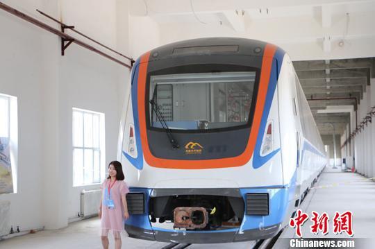 市民与乌鲁木齐地铁1号线车体合影留念。 耿丹丹 摄