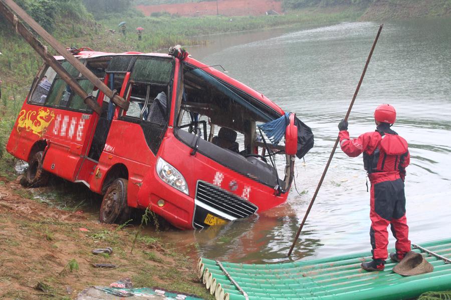 桂林全州一中巴车翻入水库 消防紧急营救(组图)
