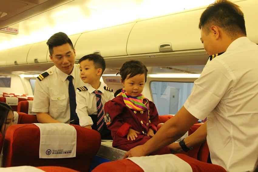 """高颜值空少爸爸""""父亲节""""带孩子飞机上体验空乘"""