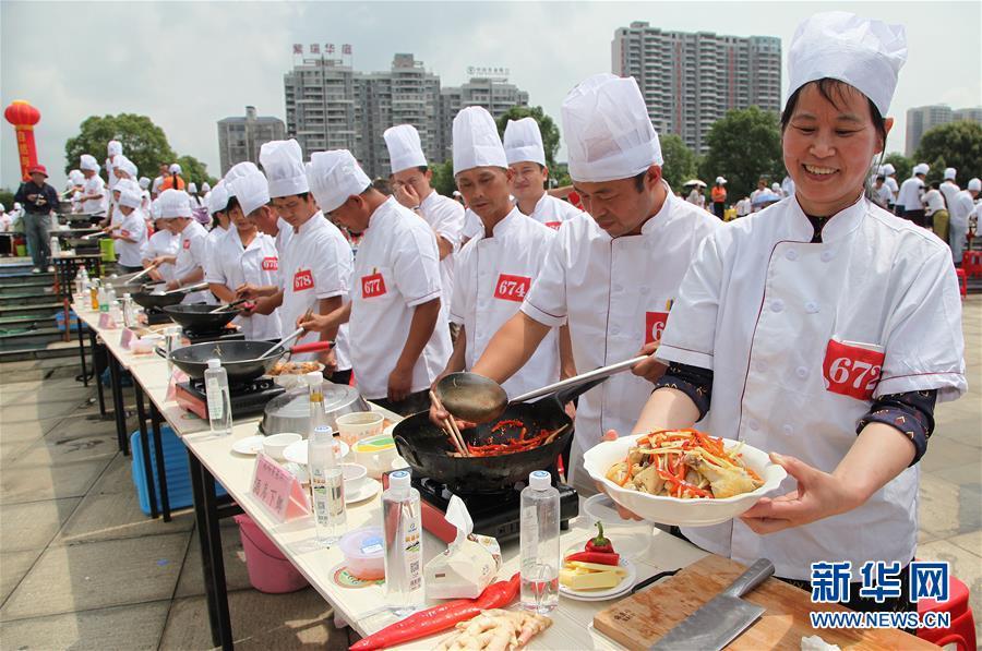 #(社会)(2)湖南永州:千人烹制东安鸡