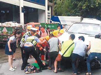 女子左腿被大奔死死压住 南宁热心市民抬车救人