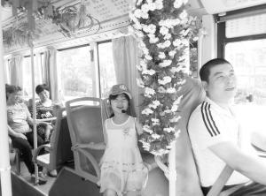 小乘务员程雅沁陪司机爸爸度过父亲节。 本报记者 杨伟广 摄