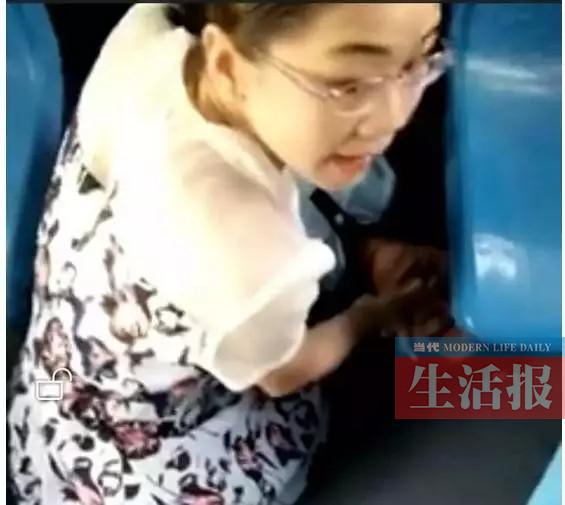 一名学生在公交车上突发疾病 同车女子跪地救护