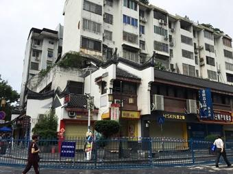 桂林象山区一大楼承重柱爆裂 百余商住户撤离(图)