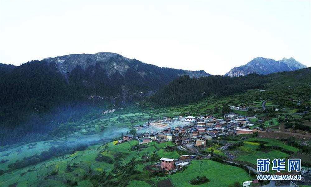 扎尕那,位于甘肃省甘南藏族自治州迭部县西北30余公里处的益哇乡,藏语意为石匣子。地形既像一座规模宏大的巨型宫殿,又似天然岩壁构筑的一座完整的古城。扎尕那山势奇峻、云雾缭绕、宛如仙境。藏寨内游牧、农耕、狩猎和樵采等多种生产活动合理搭配和互补融合,成为人与自然和谐相处的一个典范。图为6月21日,雨后清晨的扎尕那云雾缭绕。新华社记者 陈斌 摄