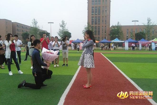 四川大學生畢業典禮現場霸氣求婚:明年我要當爸爸