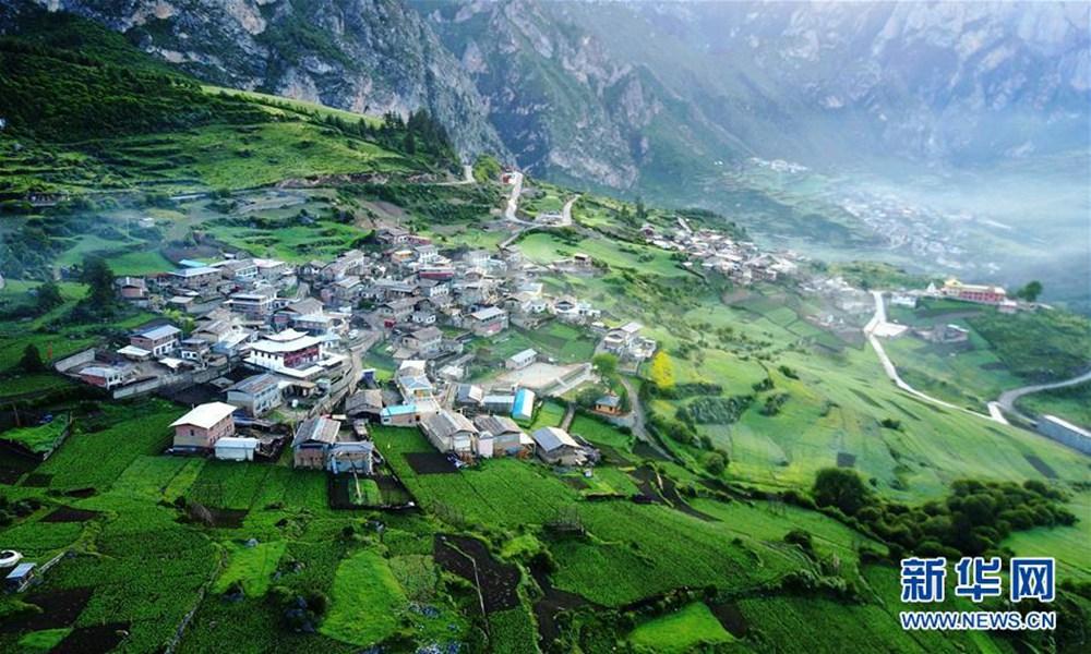 扎尕那,位于甘肃省甘南藏族自治州迭部县西北30余公里处的益哇乡,藏语