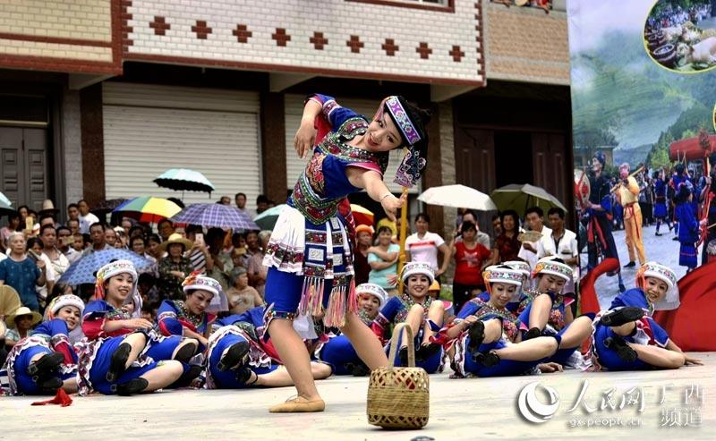 广西都安瑶族自治县的瑶族群众在表演瑶族歌舞(高东风摄)