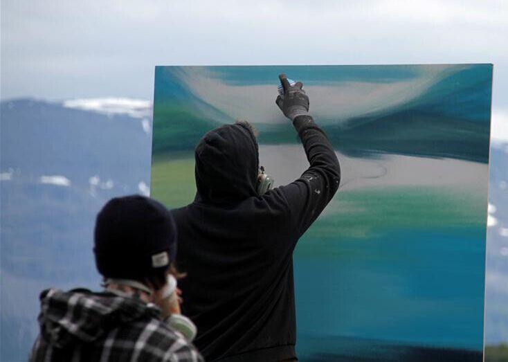 """挪威北极圈小镇的""""街头涂鸦艺术"""""""