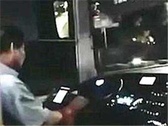 南宁一704路公交车司机竟然边开车边玩手机(图)